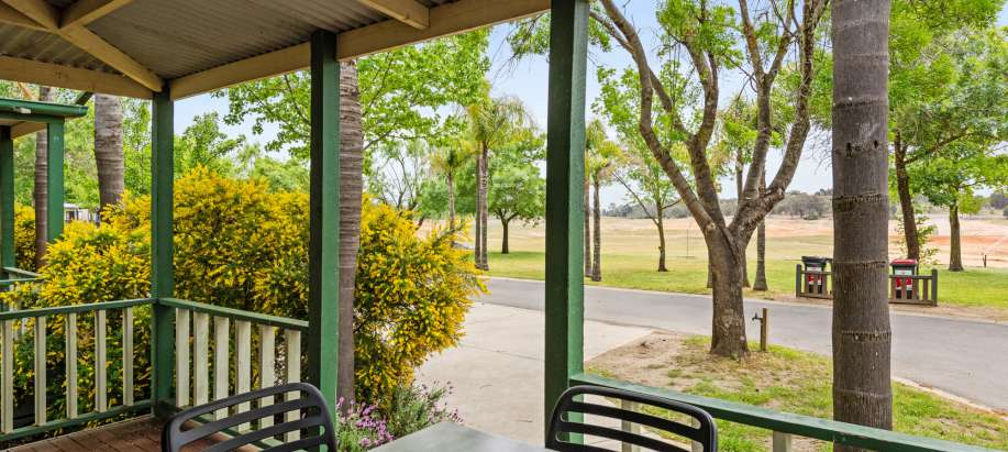 Lake Hume Albury Wodonga Deluxe Spa Cabin - Sleeps 4