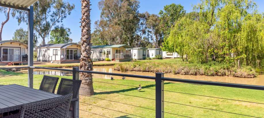 Maidens Inn Moama Murray Deluxe 3 Bedroom Lakefront Cabin - Sleeps 7
